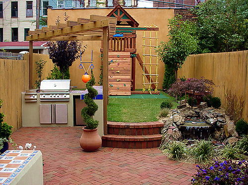 Mind blowing and comfortable design ideas for small city for Very small backyard ideas