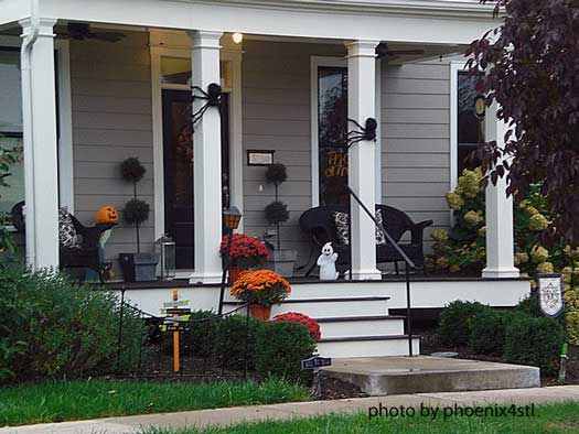 Mysterious And Creepy Front Porch Decorating Ideas For